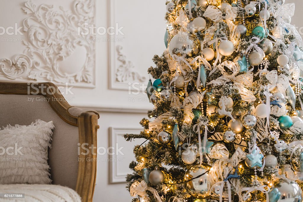 Christmas tree background decorated with balls, stars and lights photo libre de droits