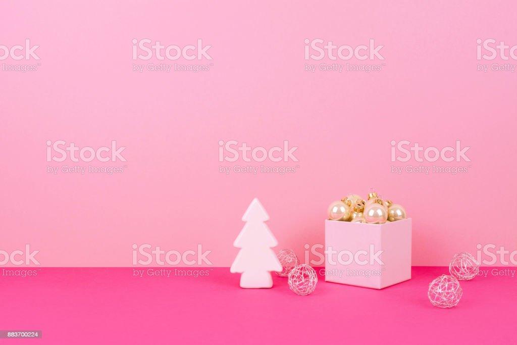 Christbaumkugeln Rosa.Christbaumkugeln Auf Einem Rosa Hintergrund Stockfoto Und