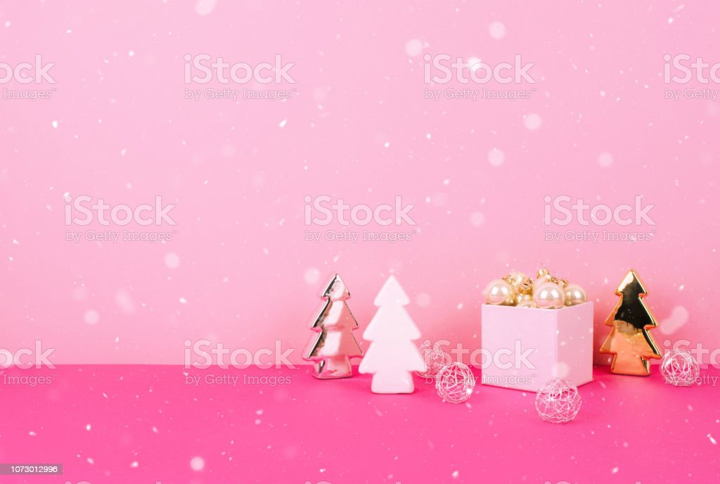 Christbaumkugeln Rosa.Christbaumkugeln Auf Einem Rosa Hintergrund Mit Einem Platz