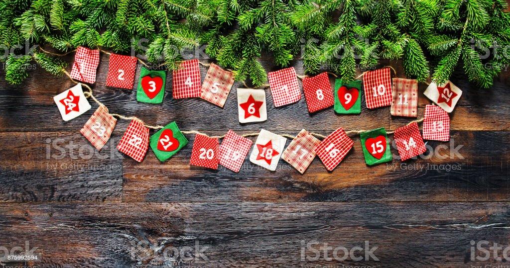 Ramas de árboles de Navidad vintage de fondo madera de calendario de Adviento - foto de stock