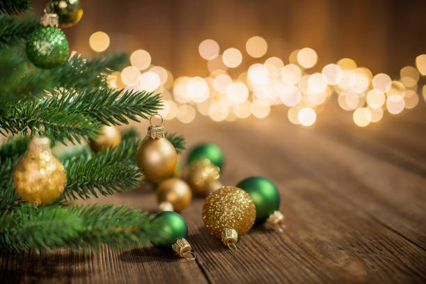 Geschmückter Weihnachtsbaum mit Weihnachtskugeln auf rustikalen Holz und funkelt hell Migrationshintergrund – Foto