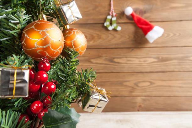 Árbol de Navidad adornado con bolas de Navidad - foto de stock