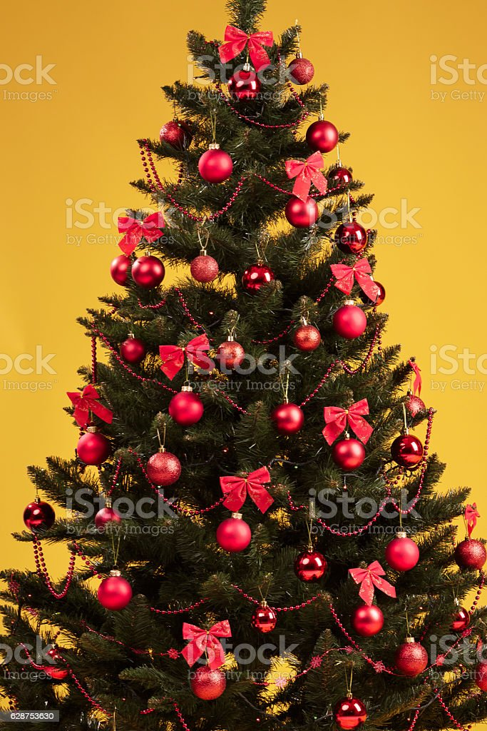 Albero Di Natale Decorato Con Foto.Albero Di Natale Decorato Con Palline Rosse Fotografie Stock E Altre Immagini Di A Forma Di Stella Istock