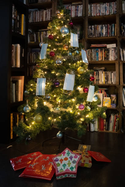 Christmas tree decorated with surgical masks Christmas tree decorated with surgical masks to give as a family gift for Christmas Eve, Lyon, December 2020 sapin noel stock pictures, royalty-free photos & images