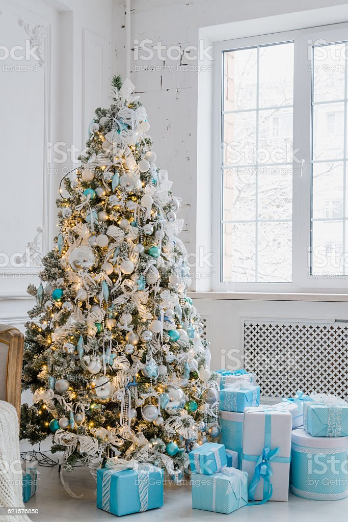 Christmas tree decoration at home interior with blue gift boxes photo libre de droits
