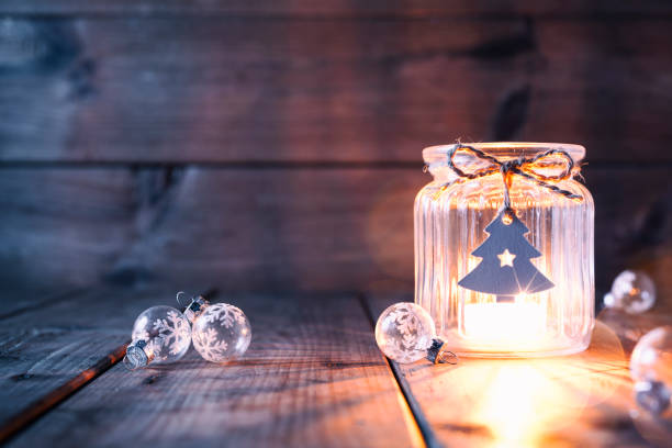 weihnachtsbaum dekoration auf altem holz - kerze jar label karte - alte weihnachtsbäume stock-fotos und bilder