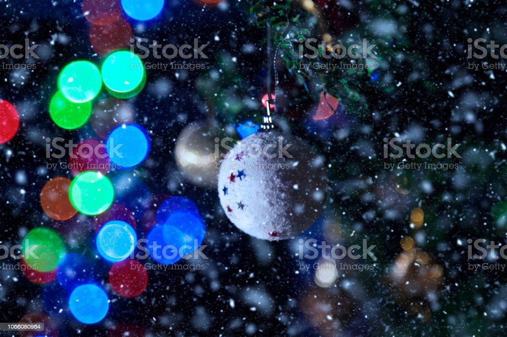 Noel ağacı arka plan ile kar defocused stok fotoğrafı