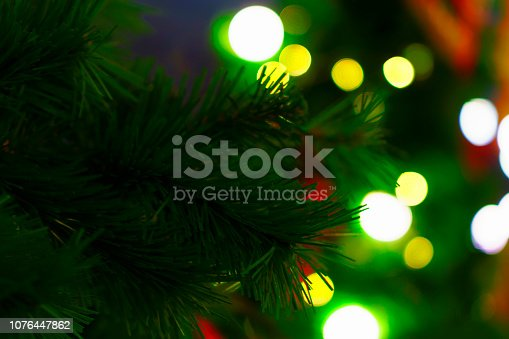istock Christmas Tree - Defocused Decoration Gold green Bokeh 1076447862