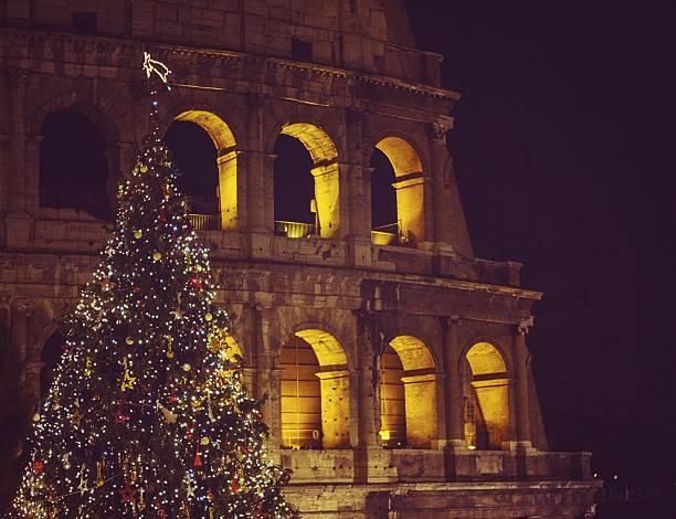 weihnachtsbaum vor dem coliseum - italienischer weihnachten stock-fotos und bilder
