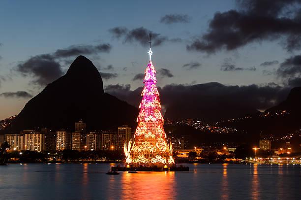 Christmas Tree in Rio de Janeiro Rio de Janeiro, Brazil - January 6, 2016: Christmas Tree in the middle of Rodrigo de Freitas lagoon. Each year the tree is being built of metal frames and illuminated every night. lagoa rio de janeiro stock pictures, royalty-free photos & images
