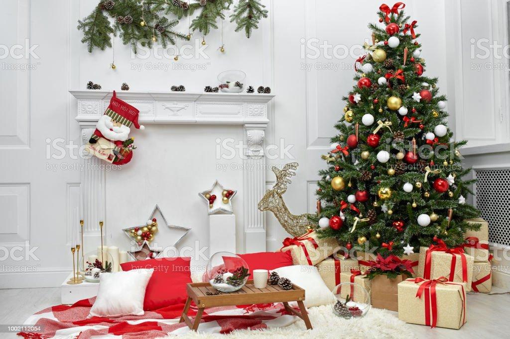 Weihnachtsbaum Im Zimmer Neben Dem Kamin Die Weihnachtliche Stimmung Mit Geschenken Stockfoto Und Mehr Bilder Von Baum Istock