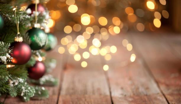 Weihnachtsbaum absichtlich defokussiert mit Gold Lichter Hintergrund – Foto