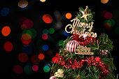 カラフルな背景に分離されたクリスマス ツリー