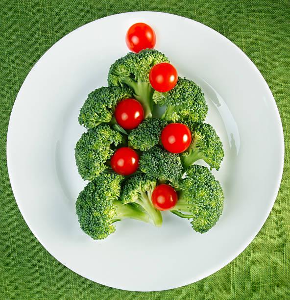 weihnachtsbaum aus brokkoli - weihnachtsessen ideen stock-fotos und bilder