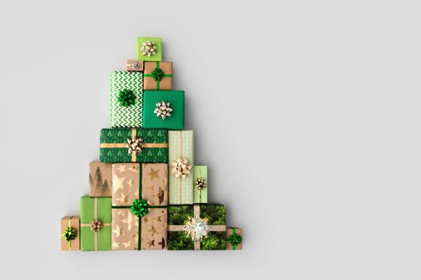 Weihnachtsbaum aus Weihnachtsgeschenken – Foto