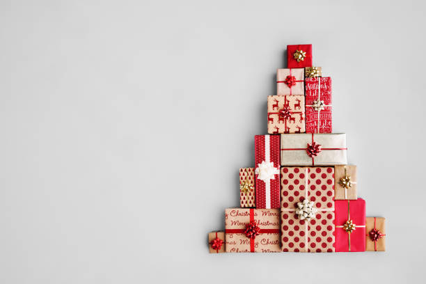Christmas tree made from Christmas gifts Christmas gift boxes laid out in the shape of a Christmas tree, overhead view gift box stock pictures, royalty-free photos & images
