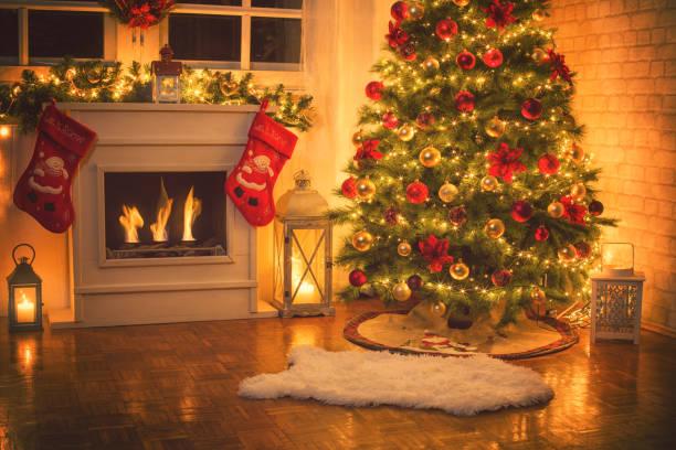 weihnachtsbaum in der nähe von kamin zu hause - kamin wohnzimmer stock-fotos und bilder