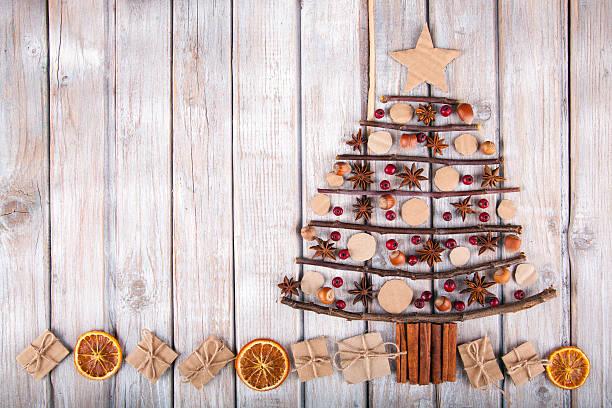 christmas tree on a rustic wood background. - nussbaumholz stock-fotos und bilder