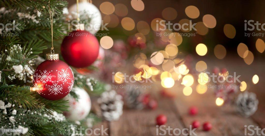 Arbre de Noel, ornements et lumières défocales fond - Photo de Arbre libre de droits