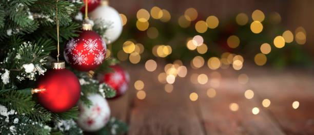 Weihnachtsbaum, Ornamente und defokussierte Lichter Hintergrund – Foto