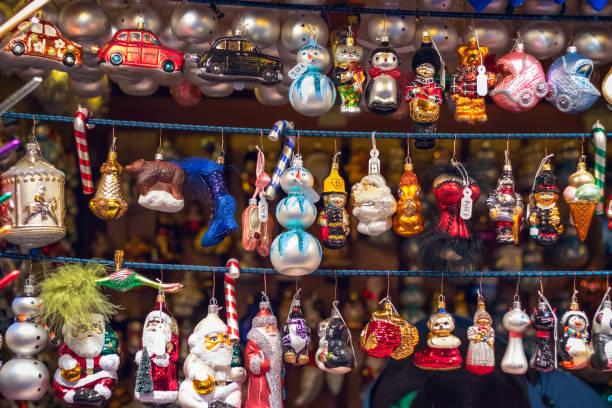 christbaumschmuck an weihnachten markt winterlandschaft von london - christkindlmarkt stock-fotos und bilder