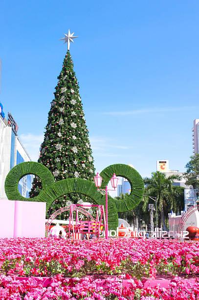 christmas weihnachtsbaum  - modernes disney stock-fotos und bilder