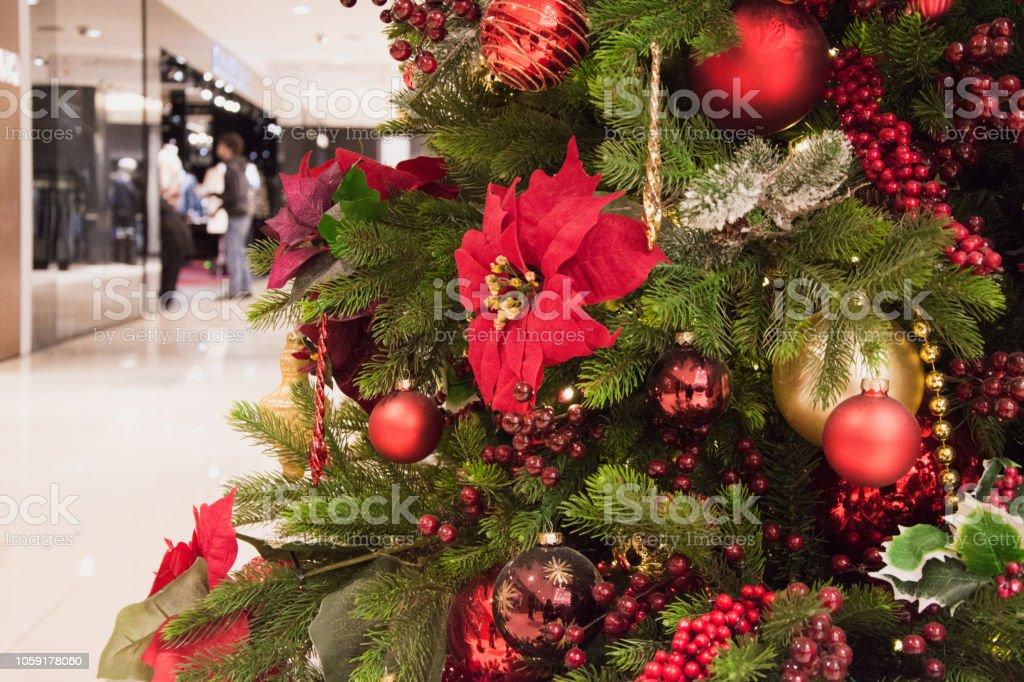 Designer Christbaumkugeln.Roter Designer Christbaumkugeln Auf Unscharfen Hintergrund Im