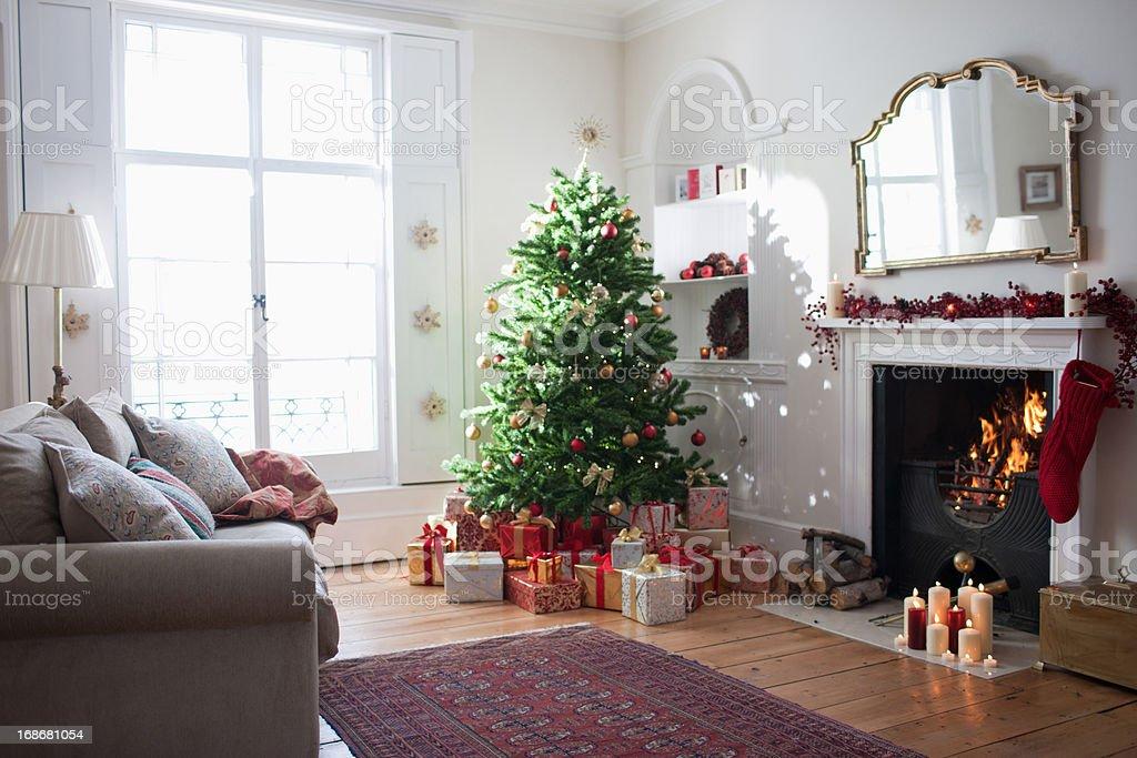Árvore de Natal com presentes Cercado - foto de acervo