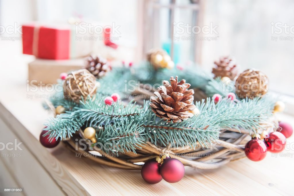Weihnachtsbaum Rattan.Weihnachtsbaumspielzeug Und Goldenen Rattan Kugeln Auf Der