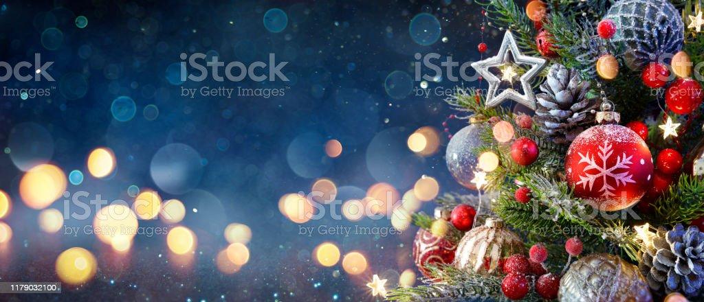 Árvore de Natal com baubles e luzes brilhantes borradas - Foto de stock de Abstrato royalty-free