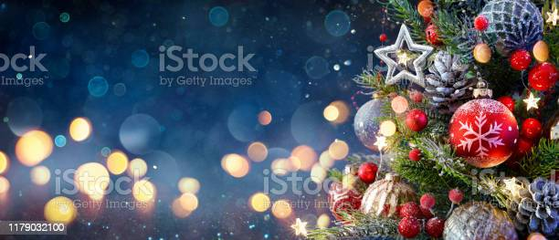 Foto de Árvore De Natal Com Baubles E Luzes Brilhantes Borradas e mais fotos de stock de Abstrato
