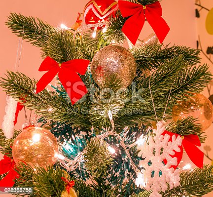 865140324 istock photo Christmas tree with big snow flake and red bows 628388758