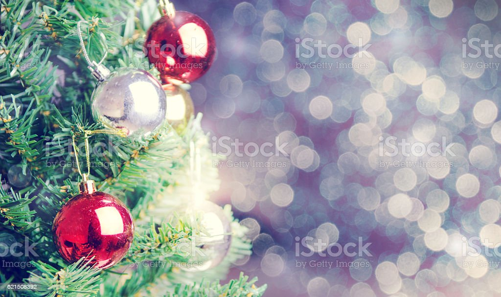 Christmas tree with defocused lights decorated background. photo libre de droits