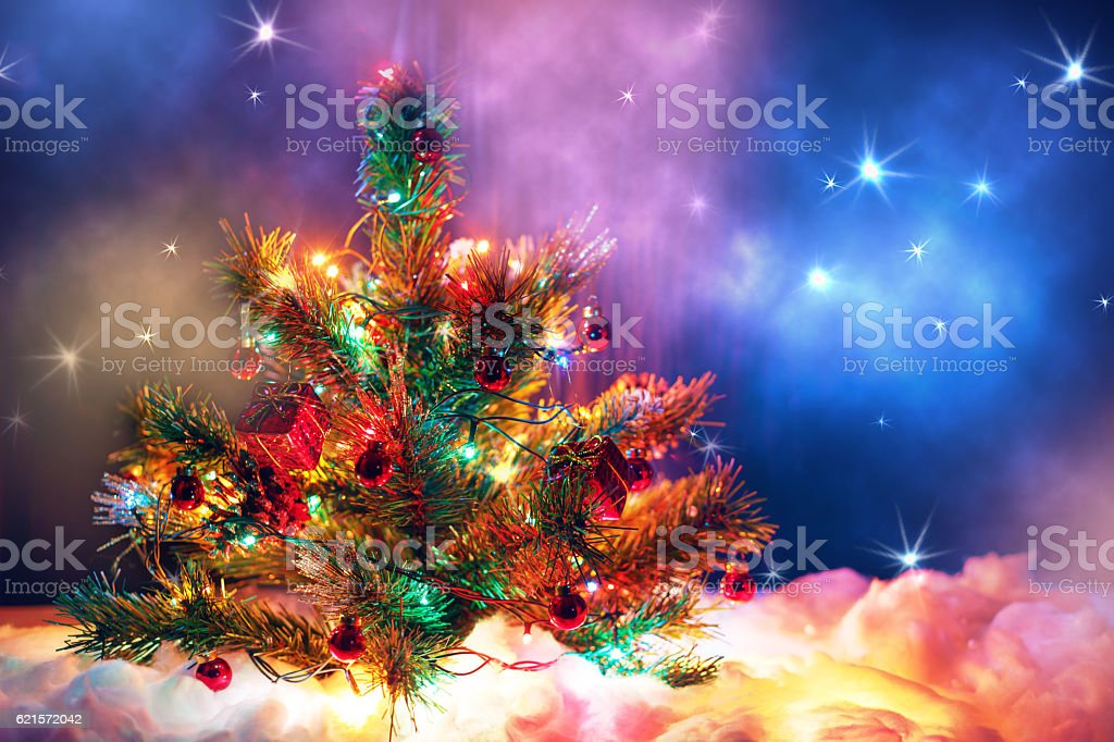 Christmas tree with garland of lights and decorations. photo libre de droits