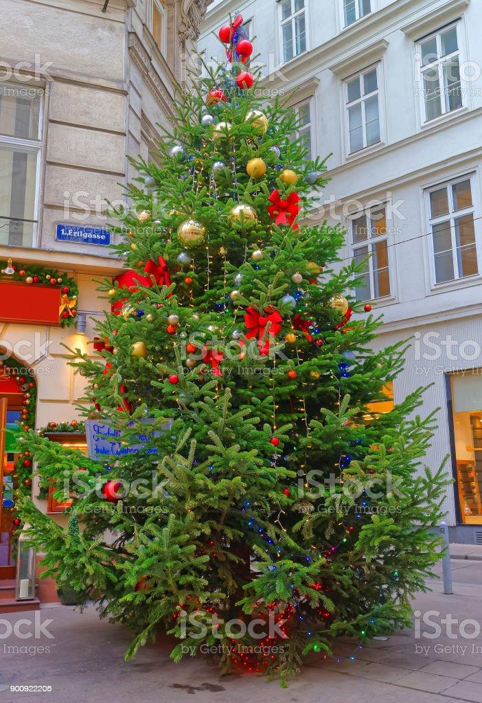 österreich Weihnachtsbaum.Weihnachtsbaum Mit Modernem Design Dekoration In Der Innenstadt Von