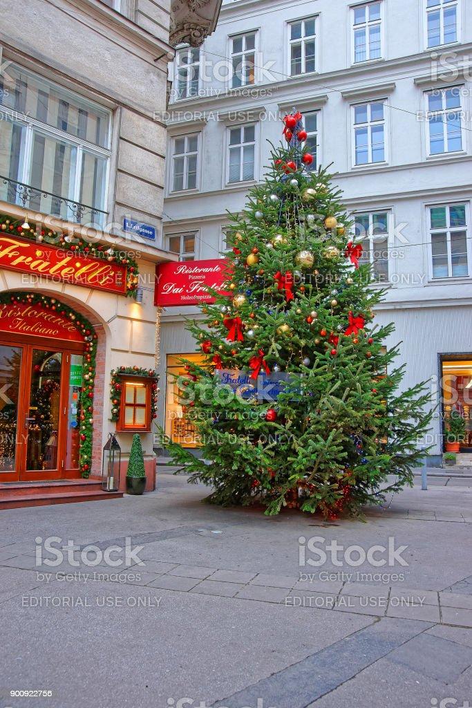 österreich Weihnachtsbaum.Weihnachtsbaum Mit Modernem Stil Der Dekoration In Der Innenstadt