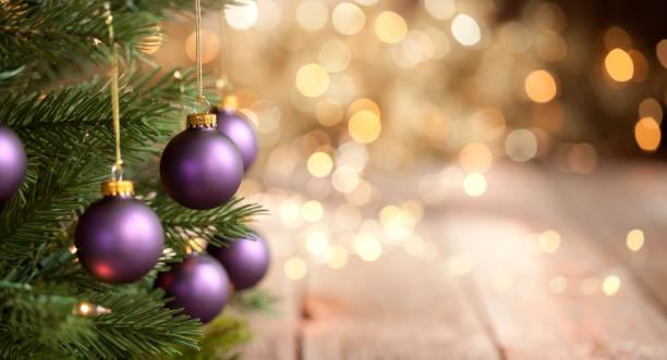 Weihnachtsbaum mit lila Kugeln und Gold Lichter Hintergrund – Foto