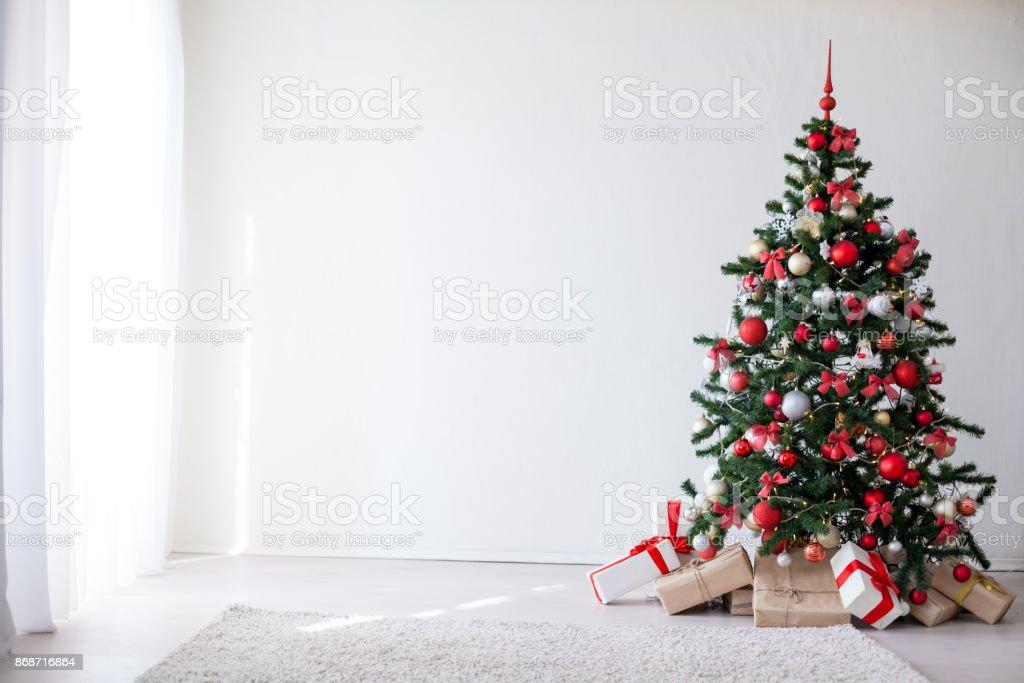 Árvore de Natal com presentes de ano novo de vermelho decorações - foto de acervo