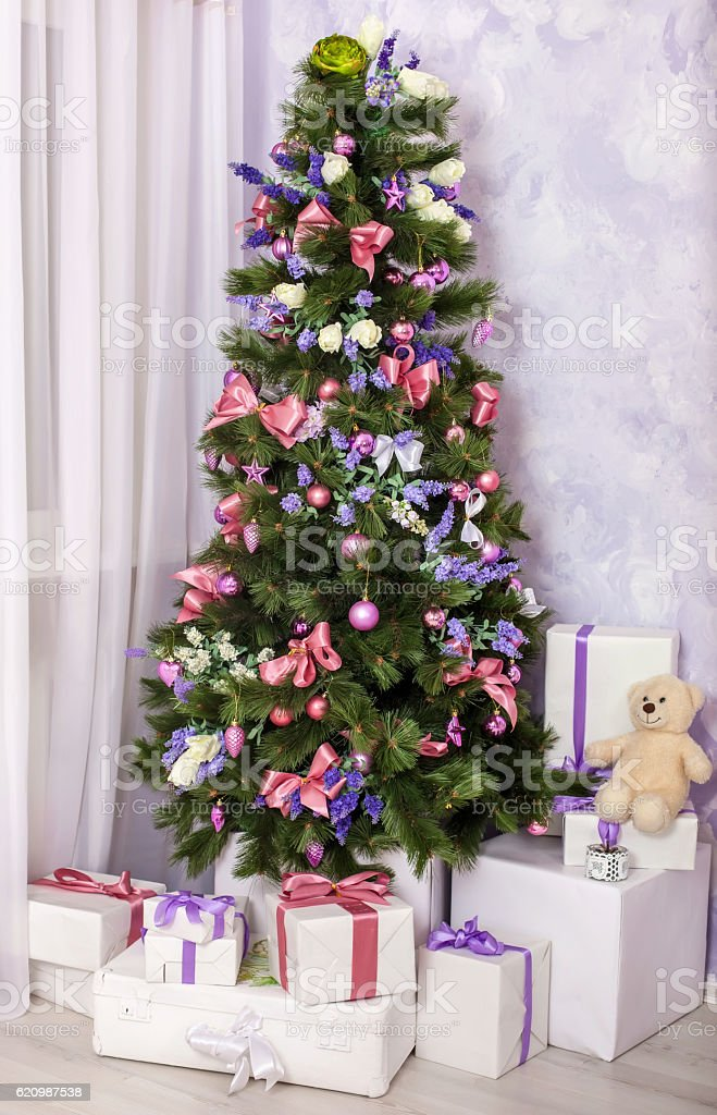 Christmas tree with toys and gifts foto royalty-free