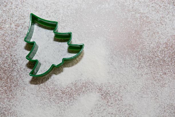 weihnachtsbaum-cookie-cutter - weihnachtsplätzchen rezepte stock-fotos und bilder