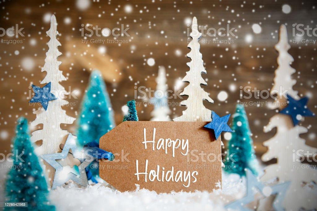 Рождественские елки, снежинки, деревянный фон, этикетка, текст Счастливые праздники - Стоковые фото Ёлочные игрушки роялти-фри