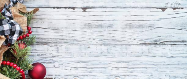 weihnachten trimmings gegen weiße rustikale hintergrund banner - kariertes hintergrundsbild stock-fotos und bilder