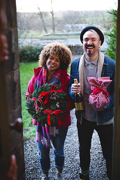 weihnachten-besucher - buchstabentür kränze stock-fotos und bilder