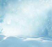 冬クリスマスの背景に雪とかすみボケ