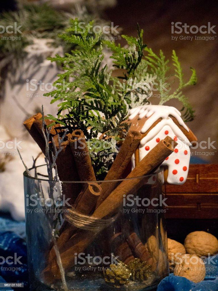 Jul vinter sammansättning med kanel pinnar, fir tree, röda bär - Royaltyfri Bildbakgrund Bildbanksbilder