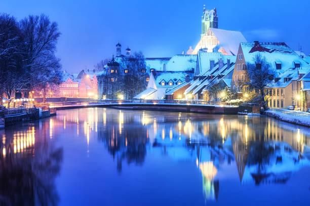 weihnachten winterabend in kleinen deutschen stadt, deutschland - weihnachtsfeier münchen stock-fotos und bilder