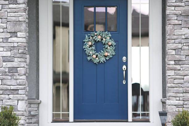 weihnachtliche blaue vordertür - moderner dekor für ferienhaus stock-fotos und bilder