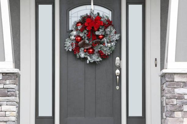 weihnachtliche wabenhaus-tür - moderner dekor für ferienhaus stock-fotos und bilder