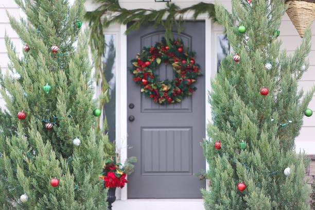weihnachtsflügel vor türmen - moderner dekor für ferienhaus stock-fotos und bilder