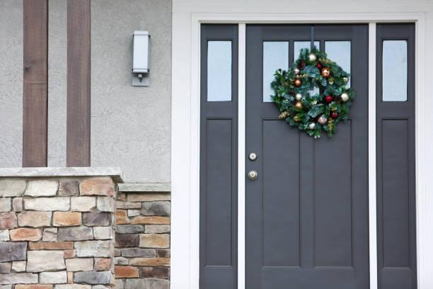 weihnachtliche kranz graue vordertür - moderner dekor für ferienhaus stock-fotos und bilder